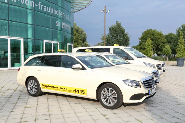 Taxi mit Aufschrift